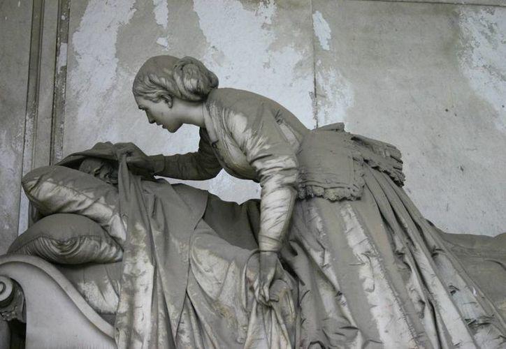 En la foto la tumba del escultor Giovanni Battista Villa, quien murió en 1832, en Genova, Italia. La obra representa el último adiós de la esposa al marido difunto.(visitgenoa.it)