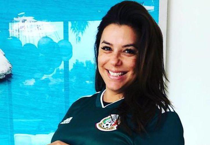 A unos días de nacido, la actriz compartió la primera foto de su bebé apoyando a la Selección Mexicana. (Foto: Instagram)