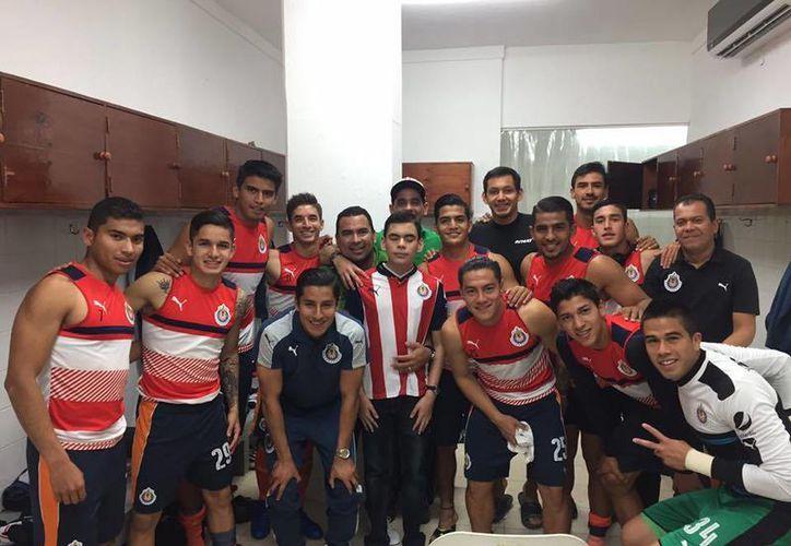 Al finalizar el duelo ante Venados, Rodrigo aprovechó para tomarse la fotografía del recuerdo con la mayoría de los jugadores de Chivas.(Foto tomada de Facebook/Javier Águila)