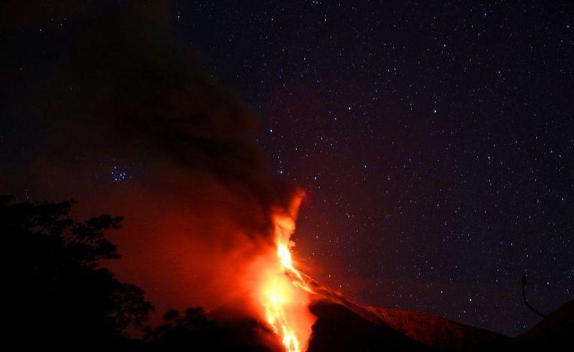 """El volcán de Fuego de Guatemala, ubicado 50 kilómetros al suroeste de la capital, inició una nueva fase eruptiva """"débil"""" con constantes explosiones moderadas y alguna fuerte, además de retumbos sensibles a 12 kilómetros de distancia. (EFE)"""