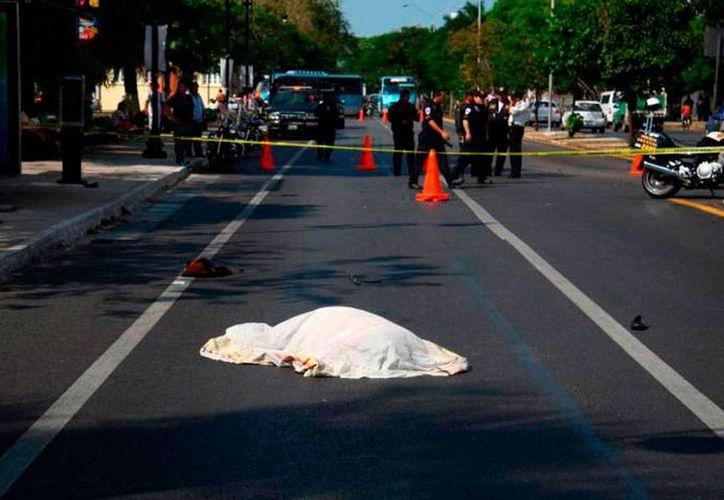 Hasta ahora no se ha podido dar con la víctima cuyo fantasma vaga por la avenida Itzaes: dicen que es de una niña que falleció en un accidente de tránsito. La imagen corresponde a un percance en el que murió una mujer, en esa arteria. (Archivo/Milenio Novedades)