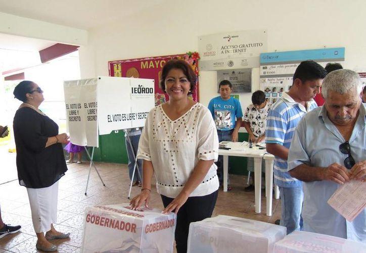 Gabriela Angulo Sauri, metiendo las boletas en la urna. (Irvin Canul/SIPSE)