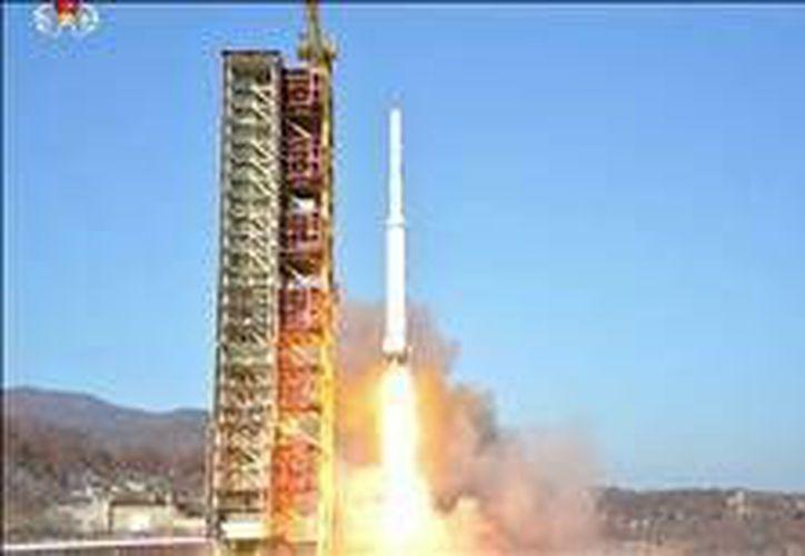 Corea del Norte lanzó en días pasados el satélite Kwangmyongsong-4. Hoy una patrulla de ese país invadió aguas norcoreanas. (EFE)