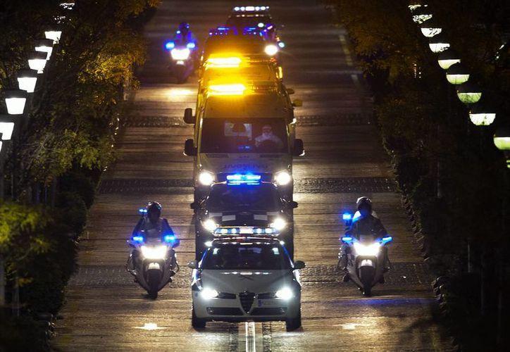 Las autoridades desplegaron importante dispositivo de seguridad para el traslado de la enfermera infectada de ébola al hospital Carlos III de Madrid. (AP)