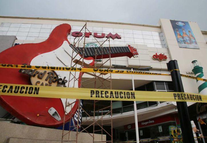 Personal de protección civil desmanteló la guitarra. (Luis Soto/SIPSE)