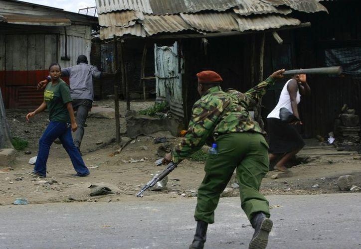 Un policía persigue a un hombre sospechoso, en Nairobi, Kenia. (EFE/Archivo)