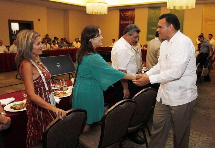 El gobernador Rolando Zapata (d) tuvo un encuentro de trabajo con empresarios del Congreso Nacional de Turismo de Reuniones. (SIPSE)