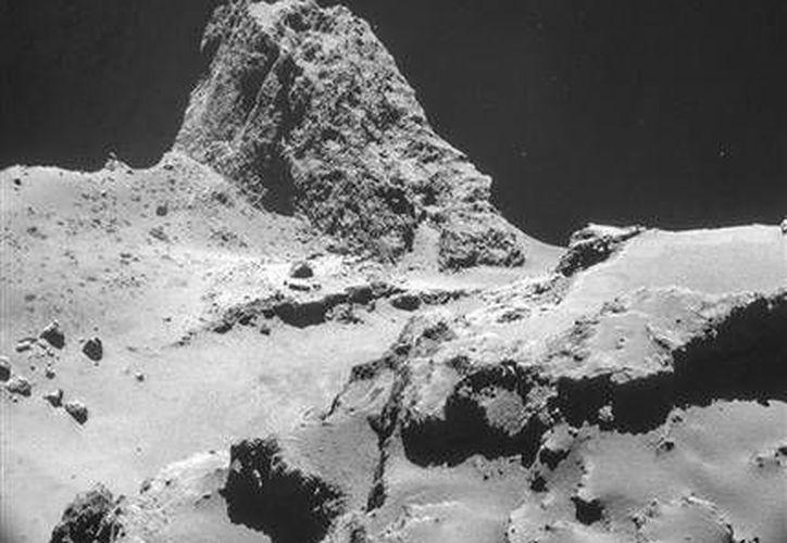 Imagen tomada con el sistema de navegación en Rosetta y proporcionada por la Agencia Espacial Europea (ESA), una zona del cometa 67P/Churyumov–Gerasimenko. (Agencias)