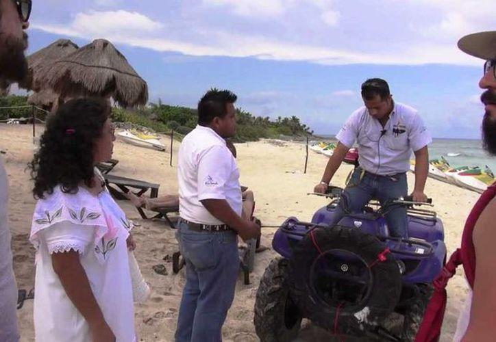 Los Supercívicos exhibieron en un video, difundido en Facebook, el momento en el que trabajadores de Punta Venado les impiden el paso. (Captura de pantalla)