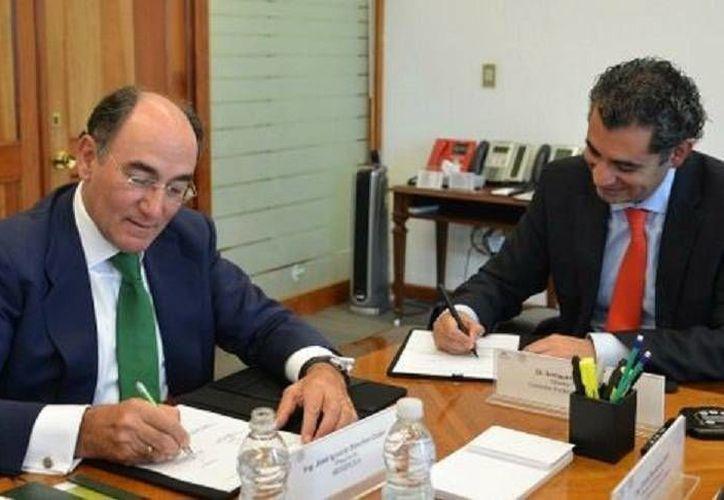 El convenio, firmado por los directores de CFE, Enrique Ochoa, e Iberdrola, Ignacio Sánchez Galán, se centra en la generación de electricidad, transporte y distribución de energía y almacenamiento de gas natural. (Foto de cortesía, tomada de Milenio)