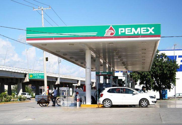 El costo del litro de gasolina magna amaneció con el Año Nuevo en 13.16 pesos. (Octavio Martínez/SIPSE)