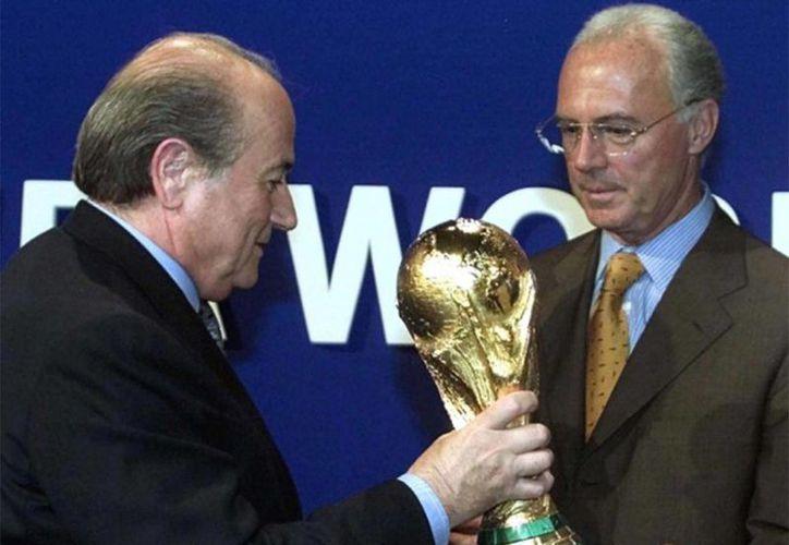 Franz Beckenbauer (d), dirigente deportivo alemán, ya es investigado penalmente en Alemania por su posible implicación en la entrega de la sede mundialista en 2006. (independent.co.uk)