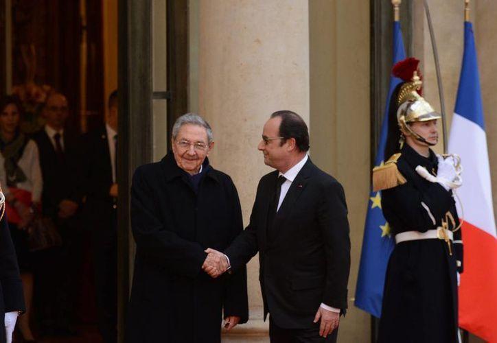 El presidente francés, Francois Hollande (d) recibió a Raúl Castro en el Palacio del Elíseo. Es la primera visita de Estado de un mandatario cubano a Francia en más de dos décadas. (Notimex)