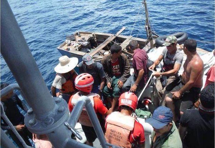 Las 17 personas fueron rescatadas por personal de la Armada de México en las costas de Isla Mujeres. (Cortesía)