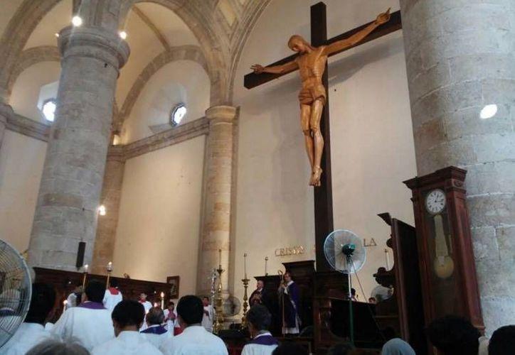El Arzobispo de Yucatán, Gustavo Rodríguez, y el Arzobispo Emérito, Emilio Carlos Berlie concelebraron una misa en la Catedral de Mérida  al inaugurar oficialmente el Año Santo de la Misericordia. (Cecilia Ricárdez/SIPSE)