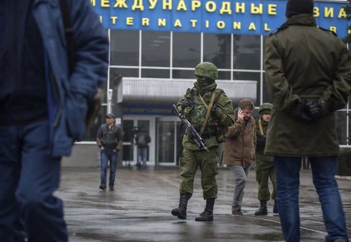 Hombres armados no identificados patrullan el aeropuerto de Simferopol, Ucrania. (Agencias)