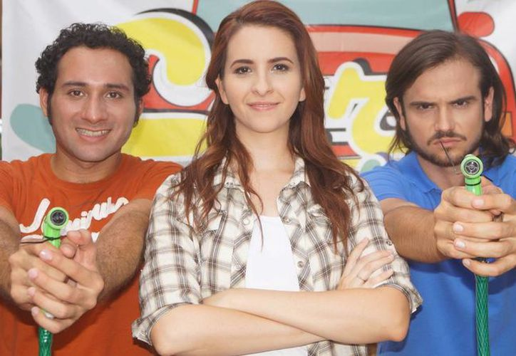 José Martín, Stephanie Solís y Javier Cámara Bauserman, los protagonistas de 'Carwash'. (Facebook: Carwash serie web)