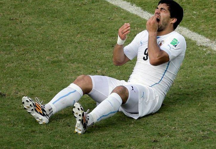 Luis Suárez fue castigado severamente por la FIFA, para evitar que siga cometiendo actos antideportivos. (AP)