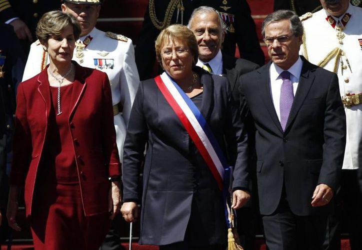 Bachelet (c), sale del Congreso Nacional luego de la ceremonia de su investidura, en Valparaíso, Chile. (EFE)