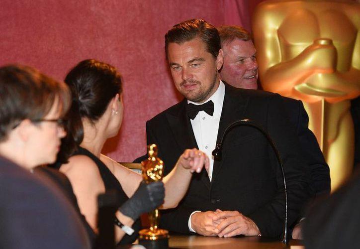 El actor Leonardo DiCaprio, quien por muchos años esperó ganar el Oscar, olvidó el premio en un restaurante. La imagen es del día de la ceremonia, en Los Ángeles. (Archivo/AP)