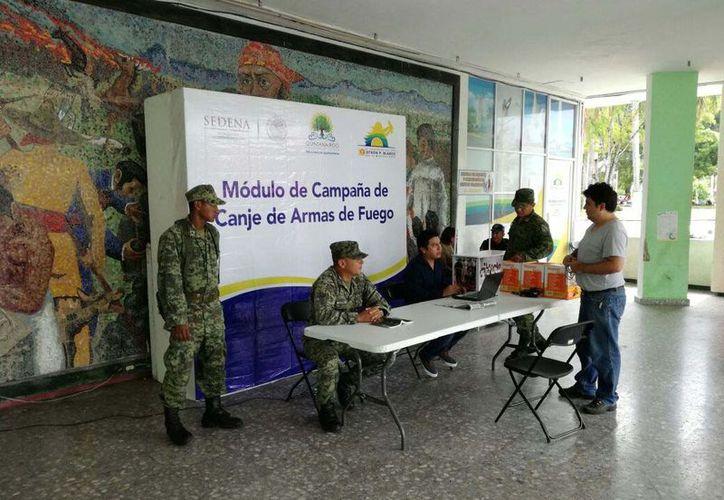 El puesto de intercambio de armas de fuego se encuentra en los bajos del Palacio Municipal de Othón P. Blanco. (Joel Zamora/SIPSE)