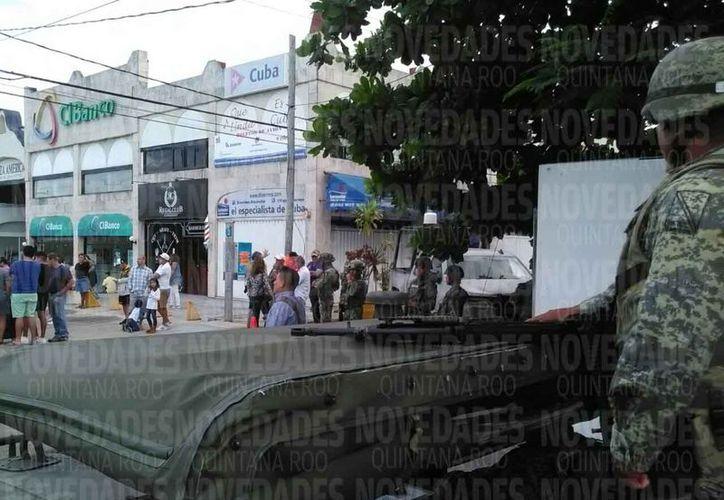 Los clientes de la empresa continúan es la zona donde se encuentran las autoridades. (Eric Galindo/SIPSE)