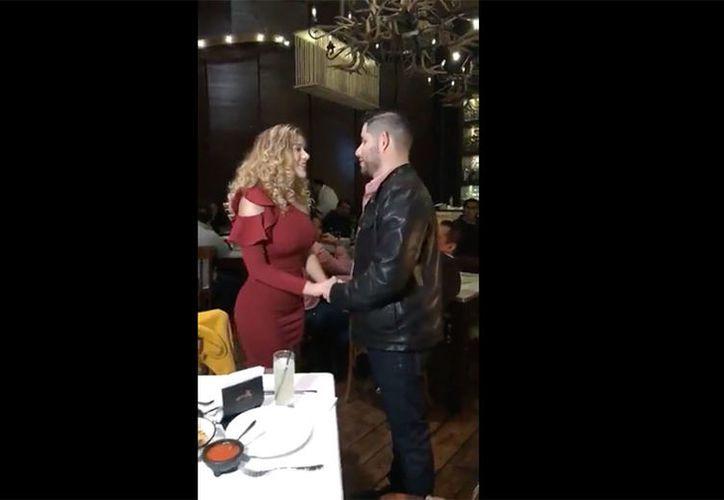 La propuesta de matrimonio fue en un restaurante de Nuevo León. (Captura video)