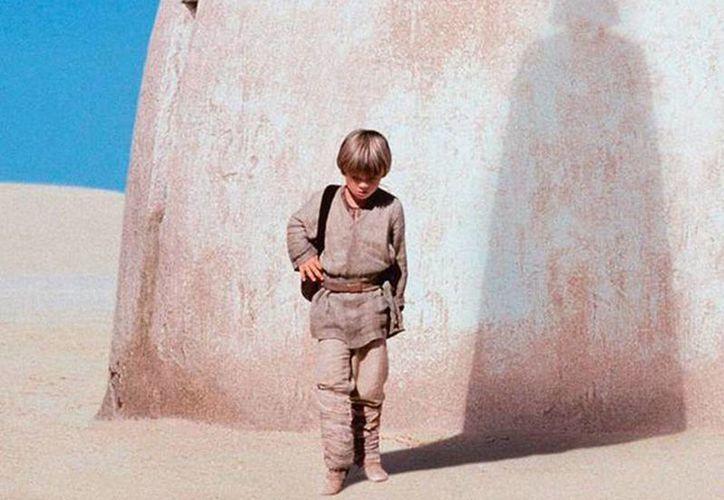 A Jake Lloyd le salió el lado más obscuro y comenzó a rebasar a otros vehículos con actitud temeraria a alta velocidad. Al final, perdió el control del auto y se estrelló contra varios árboles, tras lo cual fue arrestado. Imagen de la cinta de Star Wars donde el actor fue el protagonista. (Lucasfilm)