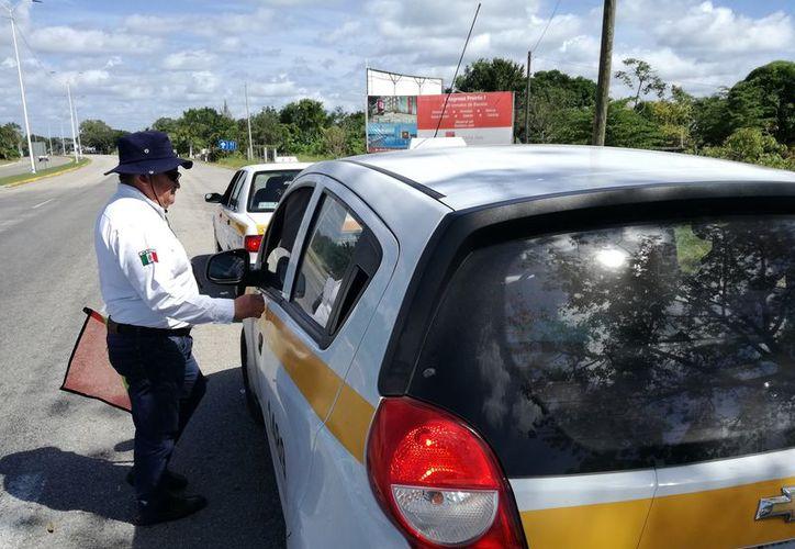 Los trabajadores del volante también incurrieron en otras fallas, como no contar con la póliza del seguro automovilístico. (Javier Ortiz/SIPSE)