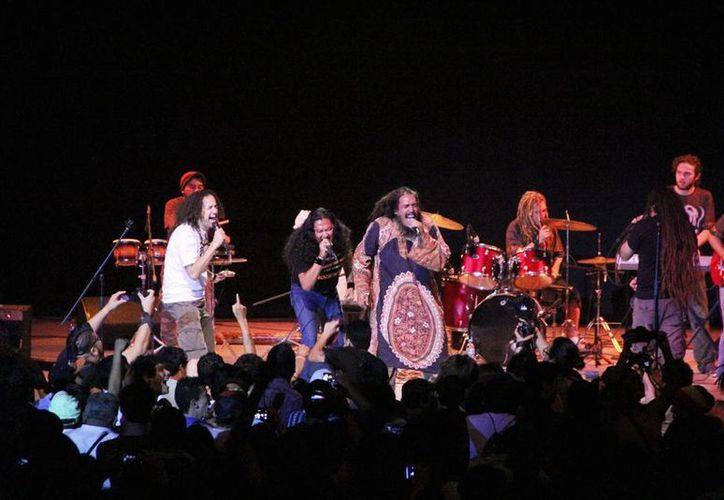 La banda reunió a más de mil jóvenes y adultos que bailaron reggae. (Milenio Novedades)