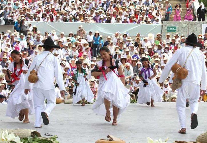 A la fiesta de la Guelaguetza asisten cada año miles de turistas para disfrutar de las tradiciones ancestrales del pueblo oaxaqueño. (Notimex)