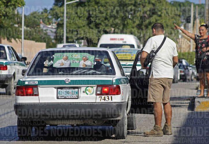 Tratan de mantener la paz entre taxistas y los choferes de Uber. (Jesús Tijerina/SIPSE)
