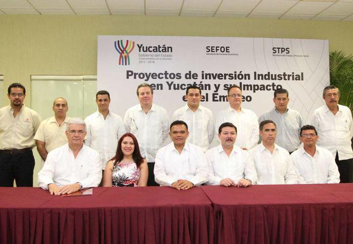 En conferencia de prensa presidida por el gobernador Rolando Zapata Bello (centro) se ofrecieron detalles de la fuerte inversión de 10 empresas en Yucatán. (Milenio Novedades)