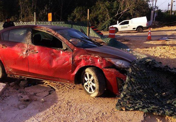 El Mazda, a cargo de una mujer, terminó muy dañado. El accidente sucedió en la vía Tzucacab-Peto, en Yucatán. (Milenio Novedades)