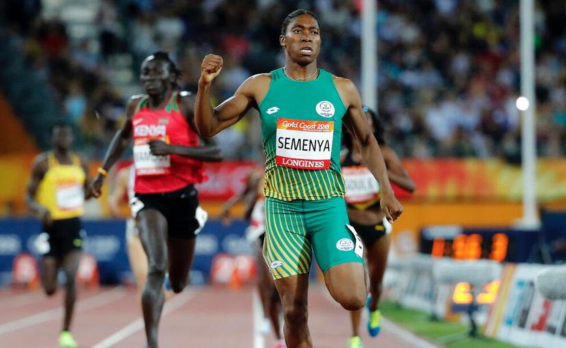 La atleta sudafricana Semenya celebra tras ganar la final de la prueba de 800 metros en los Juegos de la Mancomunidad, en Gold Coast, Australia en 2018. (AP Foto/Mark Schiefelbein, Archivo)