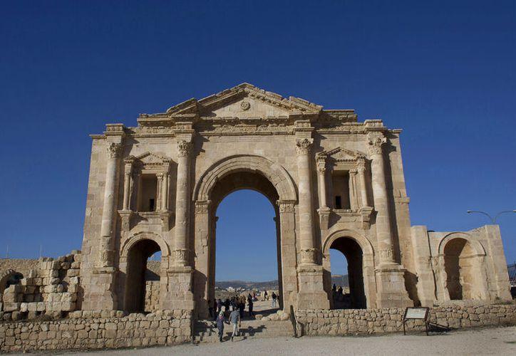 En esta foto de archivo del 13 de noviembre de 2015, los turistas pasan por el Arco de Adriano, construido durante el Imperio Romano, y la Puerta Sur de la bien conservada ciudad romana de Gerasa, en Jerash, Jordania. Las autoridades jordanas informaron que un hombre atacó a puñaladas a varios turistas y a su guía en el popular sitio arqueológico del norte de Jordania. (Foto AP/Nasser Nasser, Archivo)