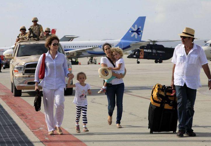 El aeropuerto de Los Cabos quedó seriamente dañado tras el paso del huracán Odile. Esta imagen corresponde a la evacuación de turistas luego del paso del meteoro. (Archivo/Notimex)