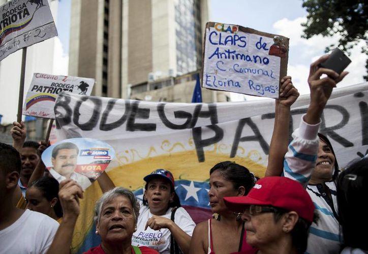 Partidarios del presidente Nicolás Maduro se manifiestan cerca del Congreso, en Caracas, en apoyo al Mandatario. ( Foto: AP/Alejandro Cegarra)