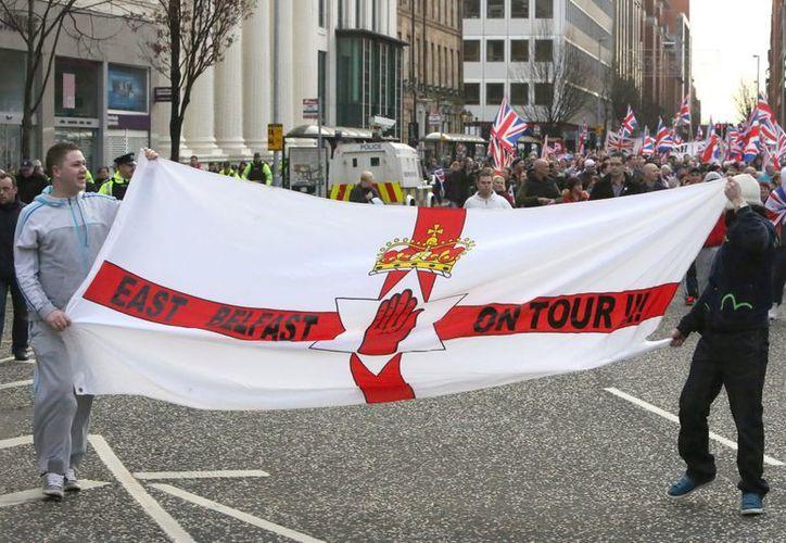 Manifestación en la localidad de Newtownabbey, Belfast, por la retirada de la bandera británica del Ayuntamiento. (EFE)