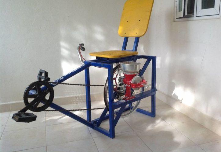 Al pedalear con esta máquina, en una hora se puede llegar a moler hasta dos kilos del producto. (Redacción/SIPSE)