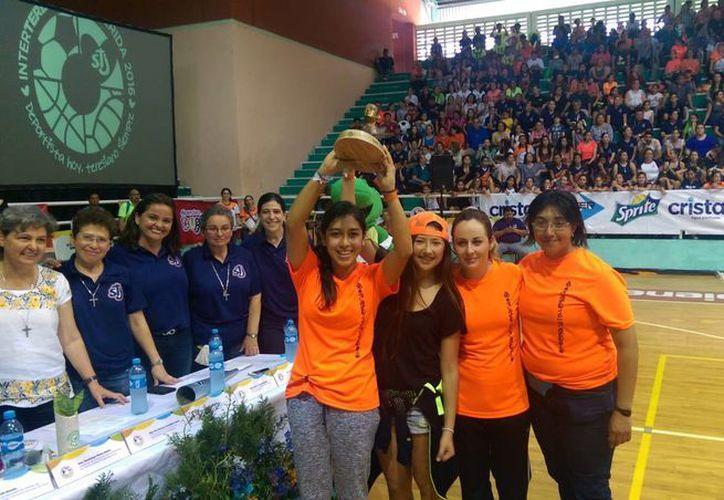 Las campeonas del Teresiano de Mérida, con el trofeo. (Marco Moreno/SIPSE)