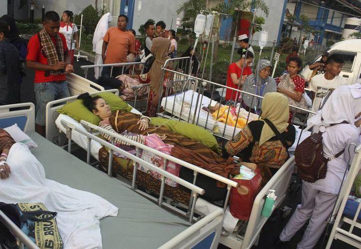 Varias personas reciben atención médica a las puertas del hospital M. Djamil tras un terremoto de 6.5 grados en la localidad de Padang, Indonesia. (EFE)