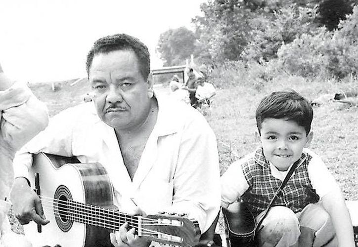Álvaro Carillo con su guitarra, una imagen que ha perdurado con el paso de los años. (Imágenes Excelsior)