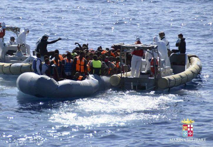 Naves de la Marina Militar y de la Guardia Costera italianas socorrieron a 729 personas y recuperaron dos cadáveres en el mar Mediterráneo. (EFE)