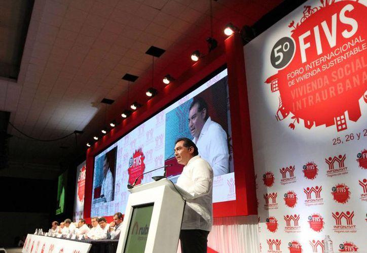 Durante la clausura del Quinto Foro Internacional de Vivienda Sustentable, Víctor Caballero Durán, secretario de Gobierno de Yucatán, subrayó que se impulsará el crecimiento territorial ordenado. (Cortesía)