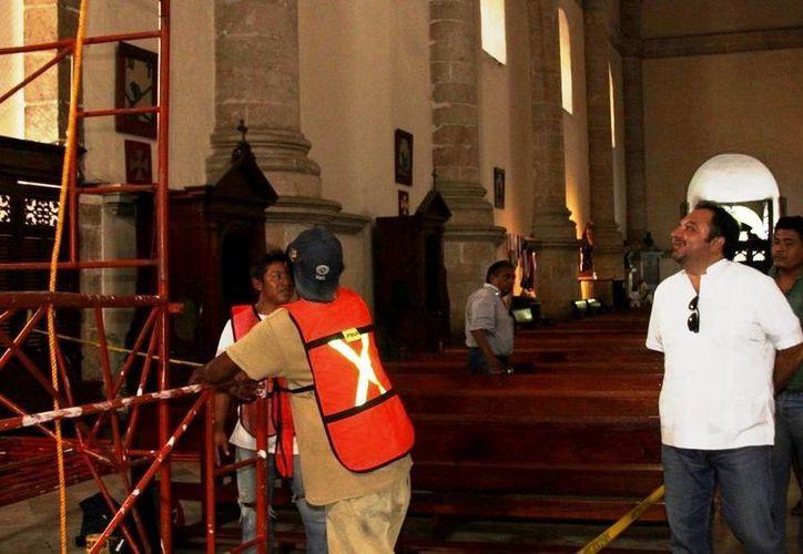 El diputado Francisco Torres Rivas supervisa trabajos en la Catedral de Mérida, donde impulsó el mantenimiento del sistema de iluminación. (SIPSE)