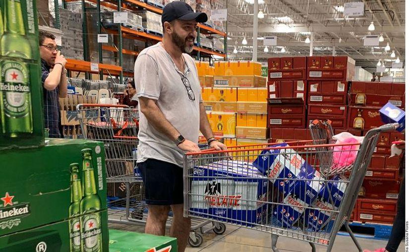 Ante el rumor de un posible paro de cerveceras por la contingencia del Covid-19, regios acuden a negocios para realizar compras de pánico. (Agencia Reforma)