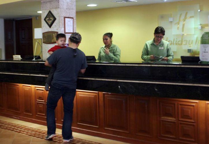 Empresarios señalan que diciembre es un gran mes para la hotelería de Yucatán. Imagen de la recepción de un hotel en Mérida. (Milenio Novedades)