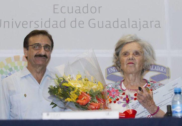 Alfredo Dájer, rector de la UADY, con la escritora Elena Poniatowska, durante la Feria Internacional del Libro en Yucatán. (Notimex/Foto de archivo)