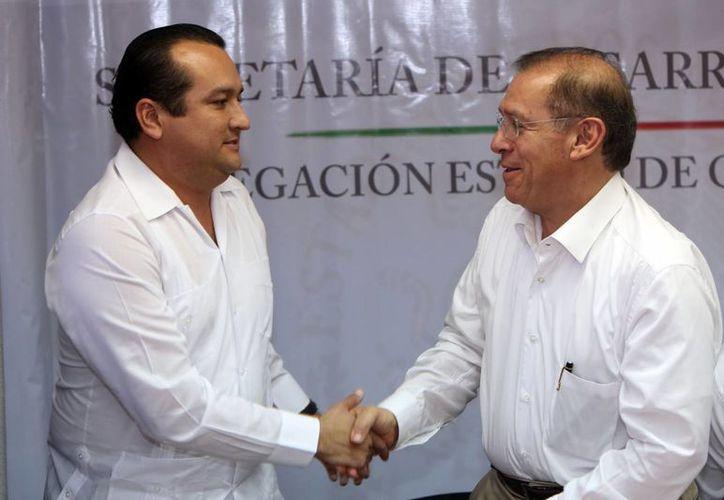 Fabián Enrique Vallado Fernández y Pedro De León Mojarro, saludándose dentro del acto protocolario. (Juan Palma/SIPSE)